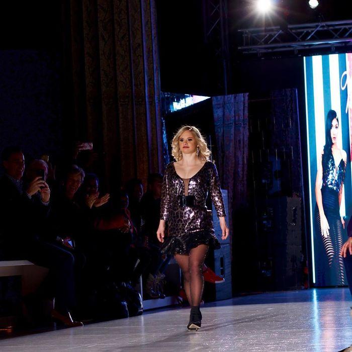5e4fa867c6723 B8WYBiFhBG6 png  700 - Linda modelo com Síndrome de Down cumpriu seu sonho de modelar na New York Fashion Week