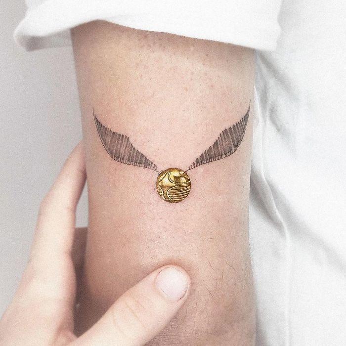 5e689af7e40d6 BzaA9bYlXcq png  700 - Tatuagens minúsculas inspiradas na cultura Pop de tatuador Israelense
