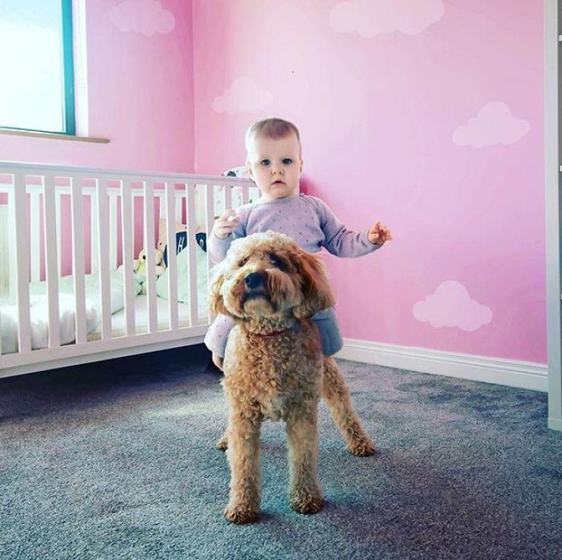 5e7b16bb05c1b kid dangerous situations dad photoshop stephen crowley 5e787a2335052  700 - Quando as mães deixam seus filhos sozinhos com os pais