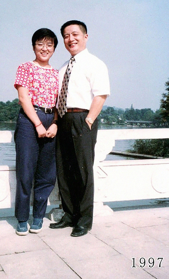 5f3f7459c71e0 dad daughter same photo location different year hua yunqing 1 21 5f3e2843e5a2f  700 - Mesma foto, mesmo lugar há 40 anos!