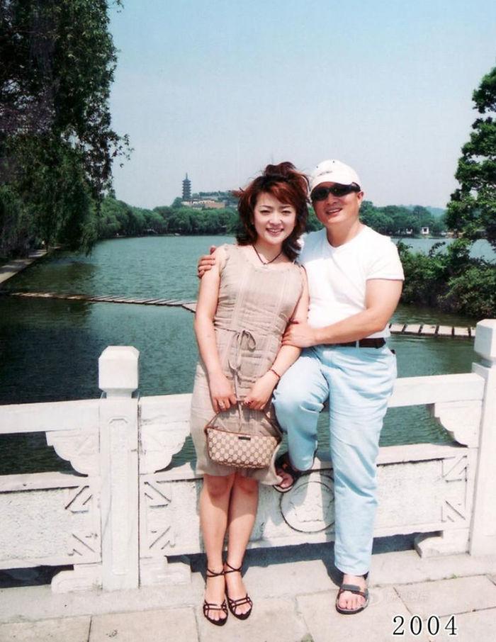 5f3f745ad8151 dad daughter same photo location different year hua yunqing 1 27 5f3e2852e0a05  700 - Mesma foto, mesmo lugar há 40 anos!