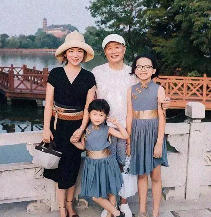 5f3f745d6397e dad daughter same photo location different year hua yunqing 1 40 5f3e2870e4a06  700 - Mesma foto, mesmo lugar há 40 anos!
