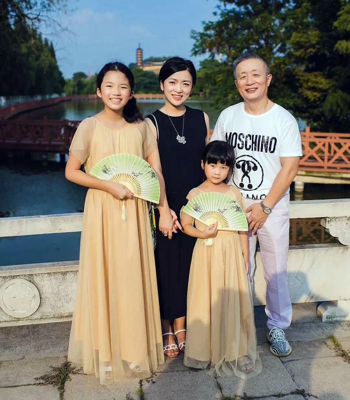5f3f745d7c5a6 dad daughter same photo location different year hua yunqing 1 41 5f3e28732363e  700 - Mesma foto, mesmo lugar há 40 anos!