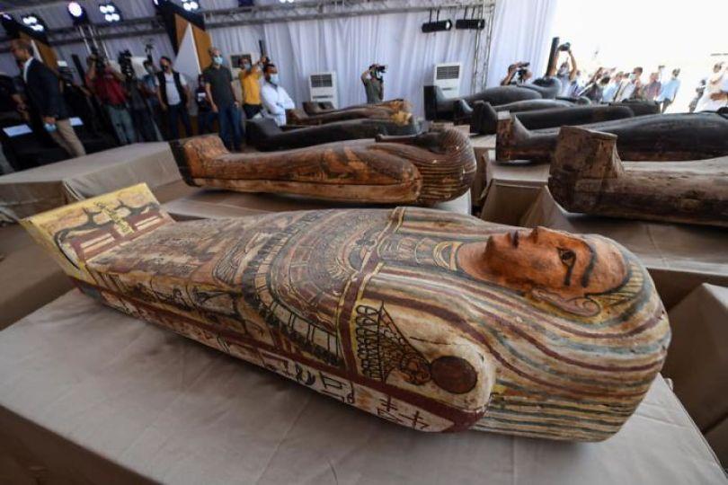 5f841a842de63 2500 years old mummy tomb opened egypt 3 5f8004ca52089  700 - Veja o momento em que egípcios abrem um sarcófago de 2.500 anos