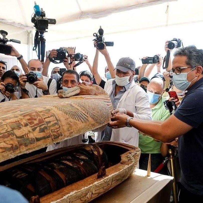 5f841a84581b1 2500 years old mummy tomb opened egypt 12 5f800533e778f  700 - Veja o momento em que egípcios abrem um sarcófago de 2.500 anos