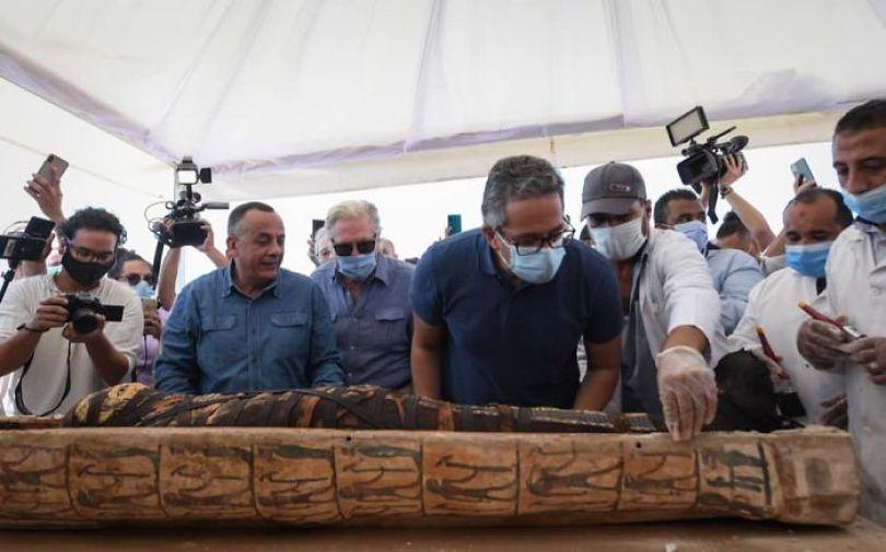 5f841a850349b 2500 years old mummy tomb opened egypt 5 5f8004cdc818a  700 - Veja o momento em que egípcios abrem um sarcófago de 2.500 anos