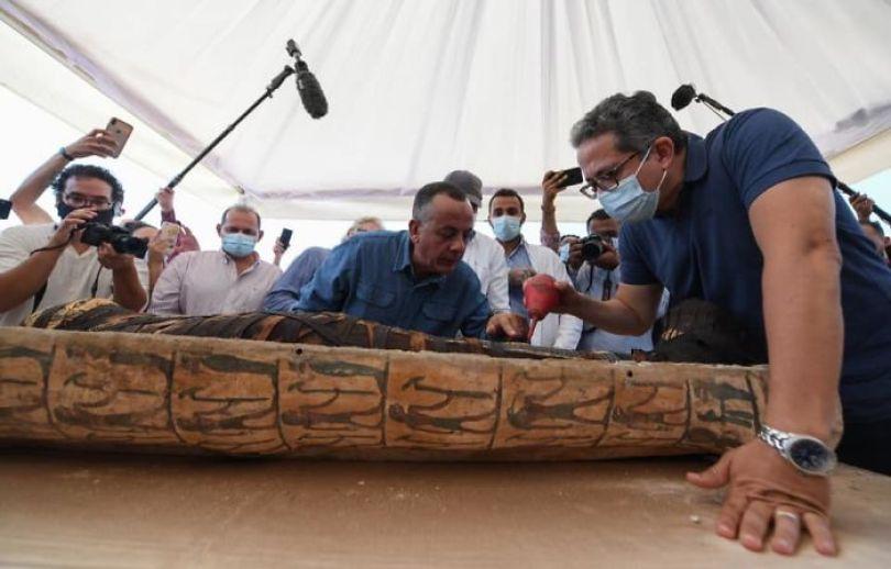 5f841a851fc79 2500 years old mummy tomb opened egypt 1 5f8004c6d04f4  700 - Veja o momento em que egípcios abrem um sarcófago de 2.500 anos