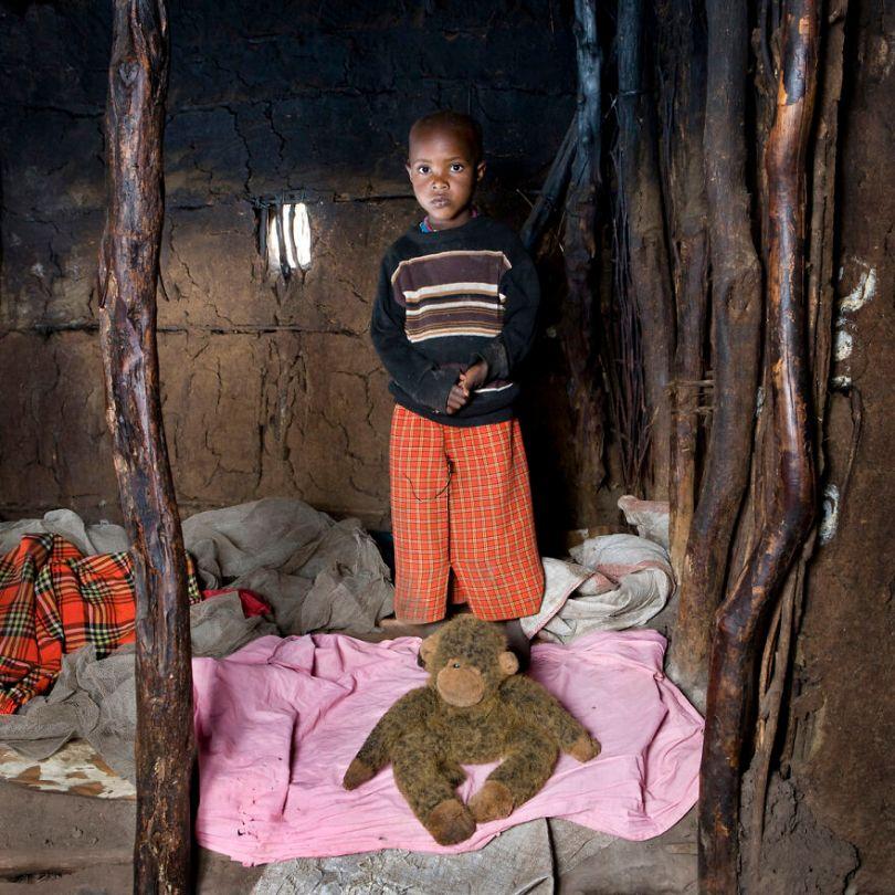 5f9a919d99eaa children toys around world gabriele galimberti 5f9927152ce24  880 - Projeto Fotográfico: Crianças posam ao lado de seus brinquedos favoritos