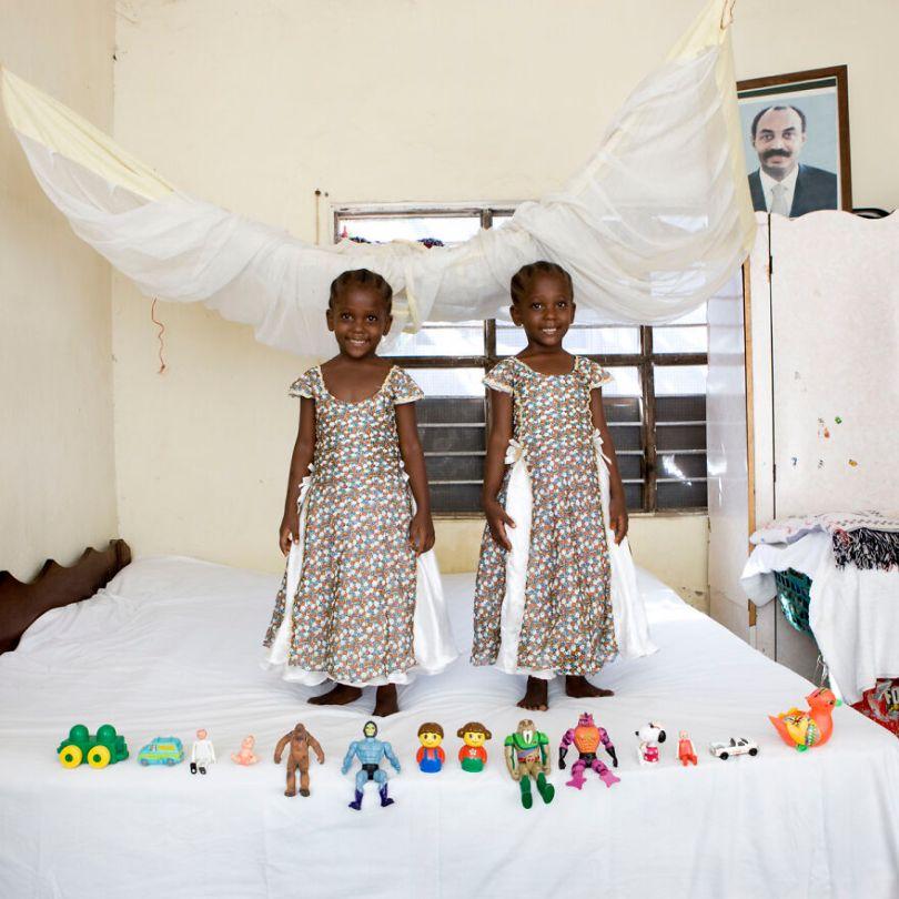 5f9a919e0976c children toys around world gabriele galimberti 5f99279595d37  880 - Projeto Fotográfico: Crianças posam ao lado de seus brinquedos favoritos