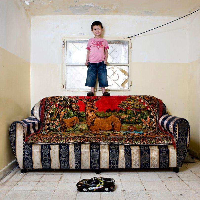 5f9a919eac760 children toys around world gabriele galimberti 5f9926d851ee4  880 - Projeto Fotográfico: Crianças posam ao lado de seus brinquedos favoritos