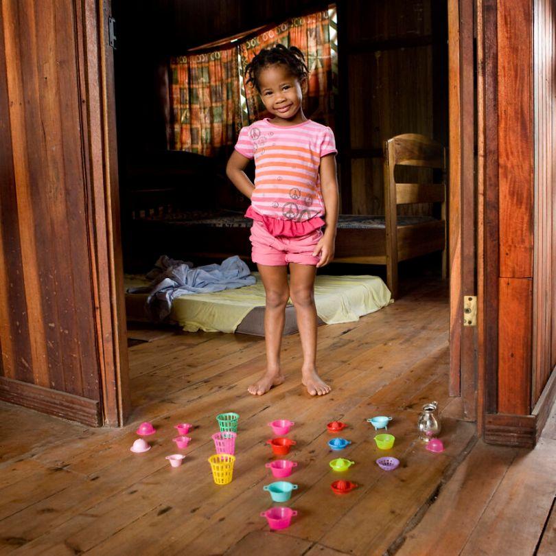 5f9a919f0cb51 children toys around world gabriele galimberti 5f992c71099e1  880 - Projeto Fotográfico: Crianças posam ao lado de seus brinquedos favoritos