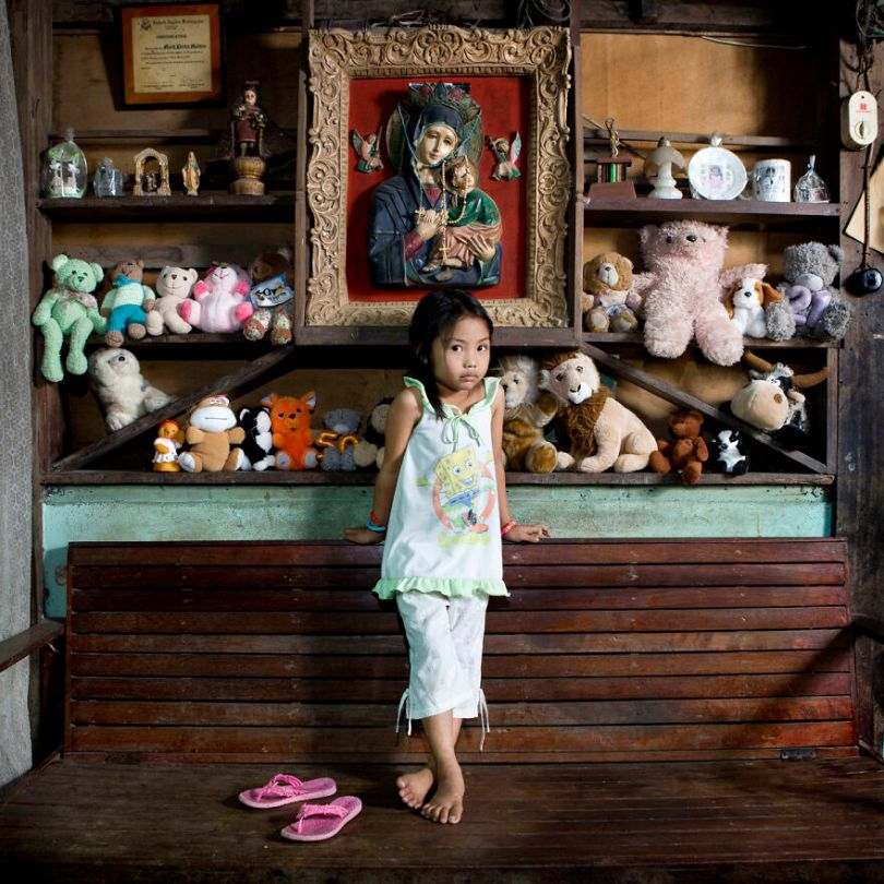 5f9a919f20707 children toys around world gabriele galimberti 5f9926b4e626a  880 - Projeto Fotográfico: Crianças posam ao lado de seus brinquedos favoritos
