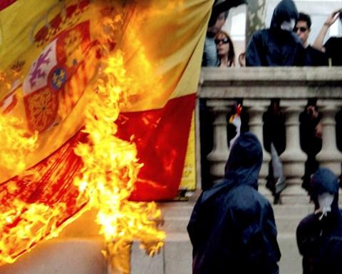 Radicales queman la bandera de España en Plaza Cataluña