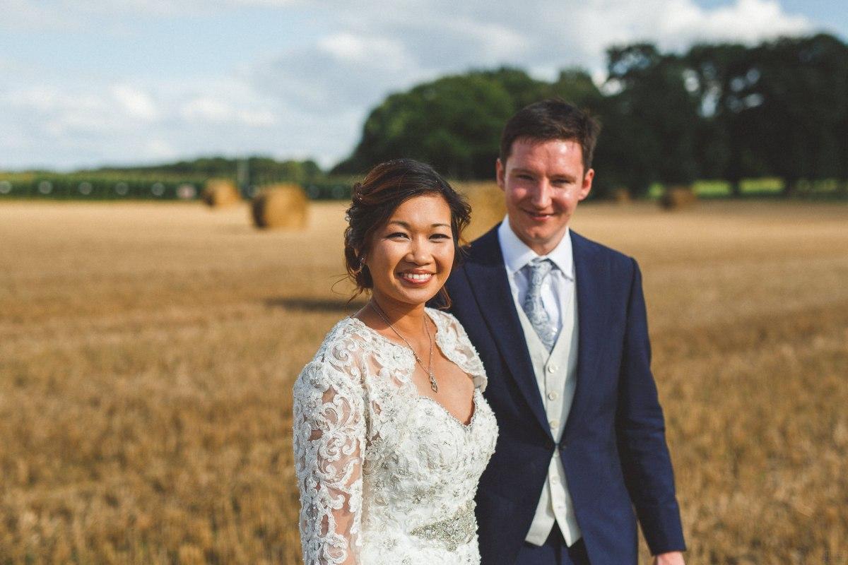 robe romantique mariés dans les champs par votre wedding planner préférée pour la Bretagne et Rennes