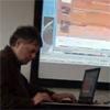 Roel van Houten achter zijn laptop