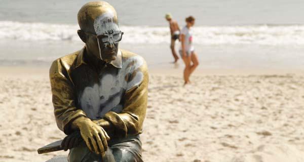 statua-carlos-drummond-andrade-vandali