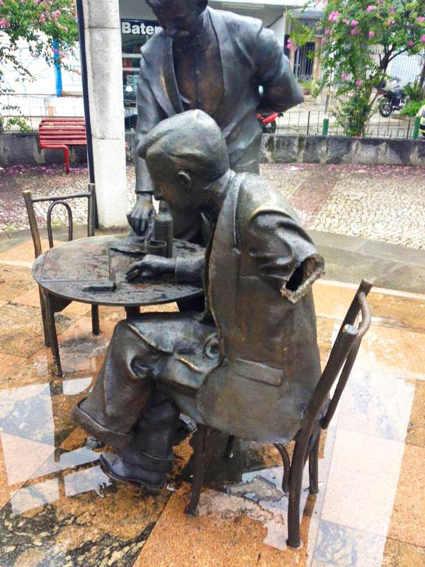 Danni alla statua di Noel Rosa a Vila Isabel
