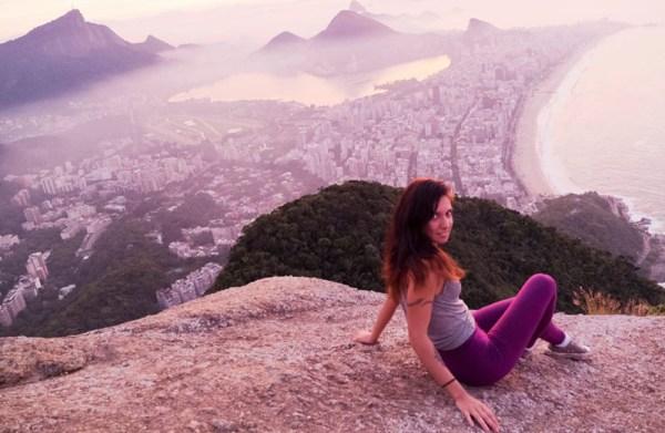 Chiara e l'alba sul Morro Dois Irmãos.