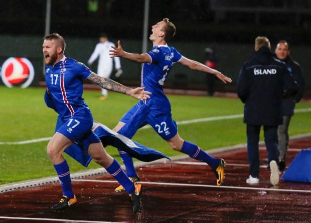 Iceland's players, Aron Einar Gunnarsson, left ...