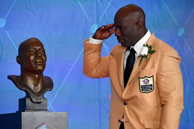Denver Broncos Terrell Davis salutes his ...