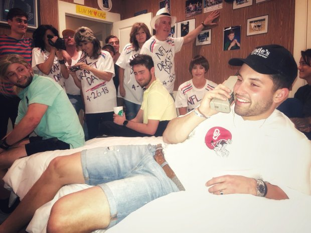 Baker Mayfield recreated a famous photo of Brett Favre from the 1991 NFL draft.