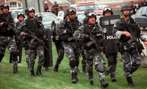 Swat team members move towards Columbine ...