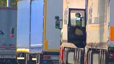 Photo of Esconden a 700 migrantes en el 'doble fondo' de tres camiones