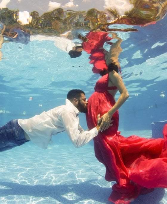 Sesión subacuática de pareja