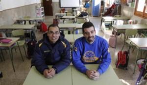 Christian López (i) y Mariano Esteban posan en un aula de Sa Real.