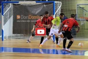 Chicho lucha con la defensa del Zaragoza
