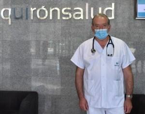 Jordi Alomar posa en el hall del Hospital Quirónsalud Palmaplanas