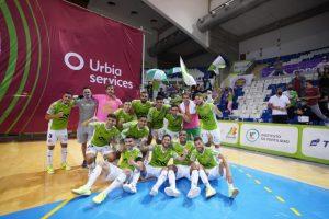 El equipo celebra la victoria con la afición