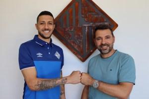 Cainan y Tirado posan en la sede del Palma Futsal