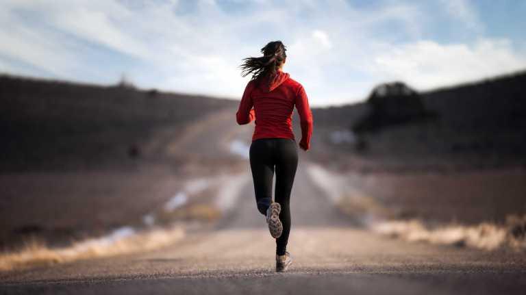 correr por montaña o terreno plano