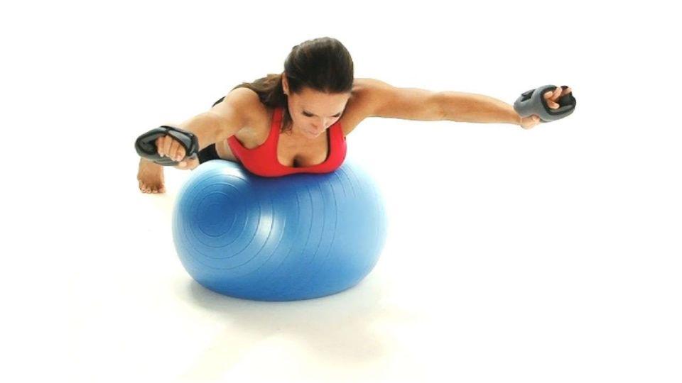 Ejercicios con fitball o pelota suiza para mejorar equilibrio como el supermán