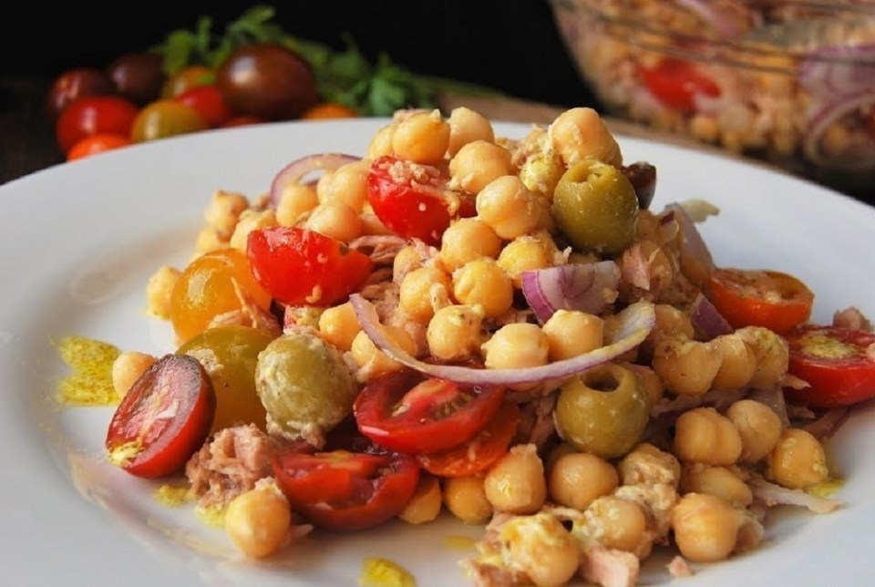 Receta de garbanzos con atún y tomatitos