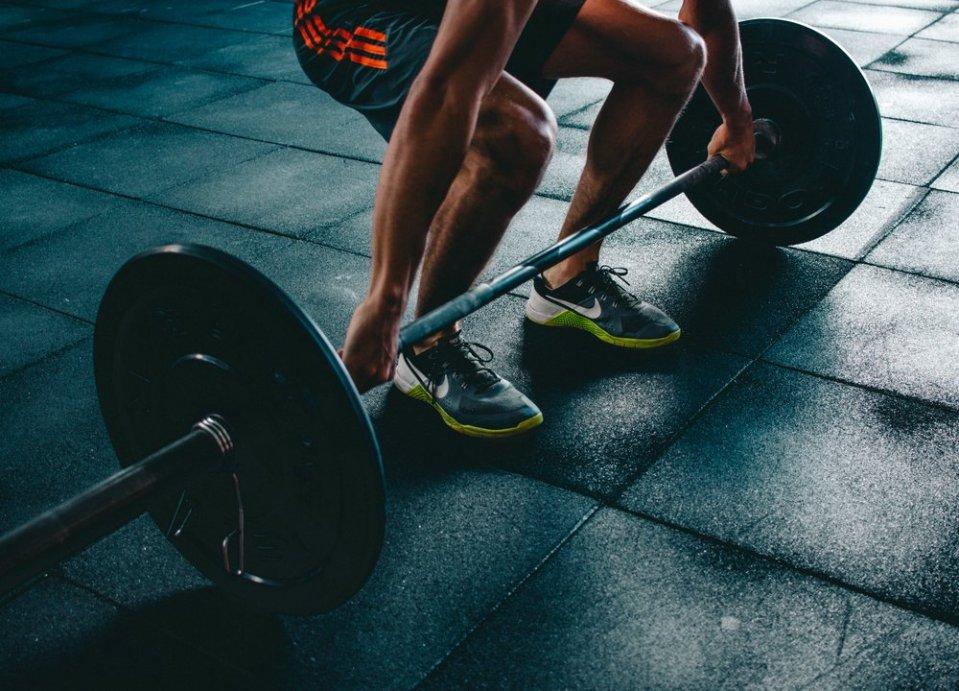 El peso muerto es uno de los ejercicios multiarticulares para brazos más comunes