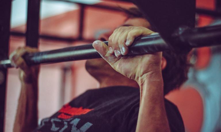 Conoce las claves para hacer ejercicios en barra de dominadas