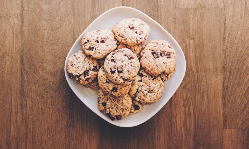 Las galletas son una de las recetas de postres altos en proteína para hacer en microondas más fáciles