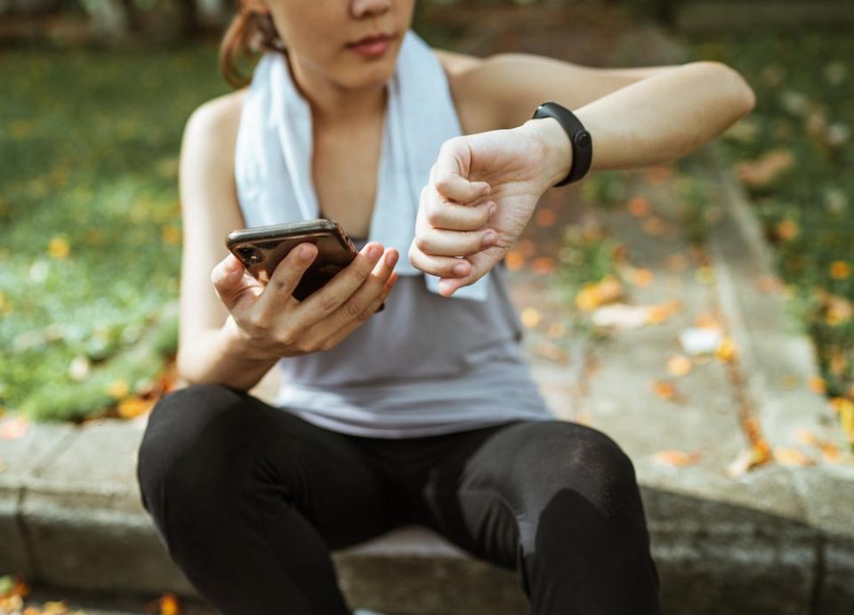 Los wearables deportivos para regalar estas Navidades incluyen pulseras de actividad, smartwatches y hasta zapatillas inteligentes