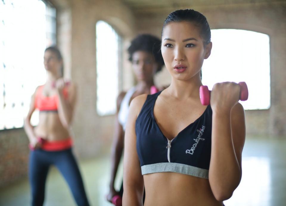 Los ejercicios con mancuernas ayudan a desarrollar músculos