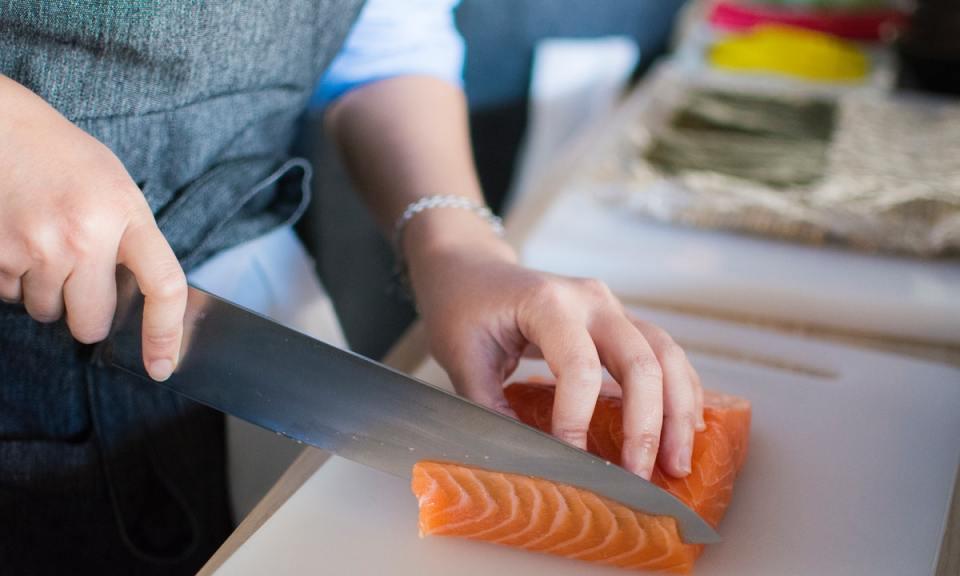 La intoxicación alimentaria por anisakis se produce por comer pescado crudo contaminado
