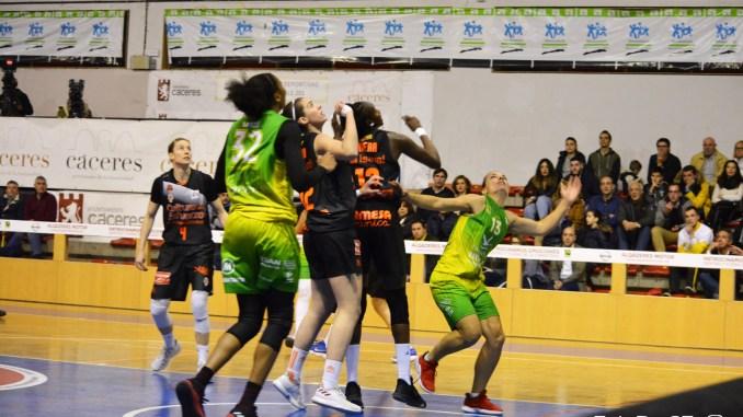 Derrota del Nissan Al-Qázeres Extremadura ante el Valencia Basket en el Serrano Macayo