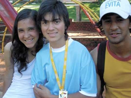 Elías Rodríguez (centro), junto a Lorena Willing y Ariel Da Cruz, compañeros en la Aldea S.O.S.