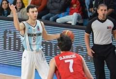 """El posadeño Franco Zandomeni marcado por Danilo Djurick. """"Kako"""" jugó 25 minutos y aportó 7 puntos (Foto Marcelo Figueras / FIBA)"""