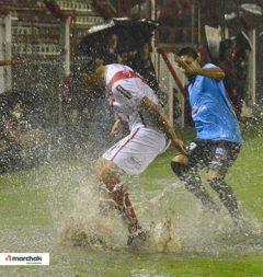 Una constante. Guaraní y All Boys chapalearon agua todo el partido en Villa Sarita (Foto Juan Carlos Marchak)