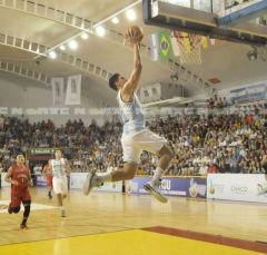 Francisco Corvalán se manda y convierte para la Argentina que tuvo un fácil debut ante su público (Foto diario Norte)