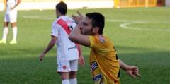 Pablo Stupiski festeja el primer gol de Crucero. Elian Kopp, lo sufre (Foto club Crucero)
