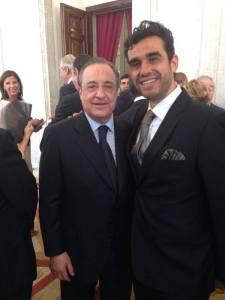 Con Florentino Pérez esperando al pasamanos el día de la coronación del Rey Felipe VI