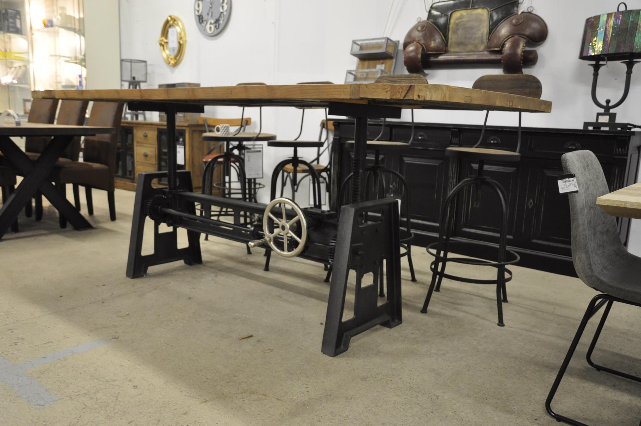 table industrielle a manivelle avec pied en fonte et plateau en vieux bois 250x100 cm
